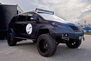 Toyota Ultimate Utility Vehicle - czarna eminencja